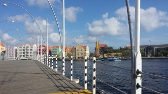 The bridge that connects 'Otrabanda' and 'Banda abou'